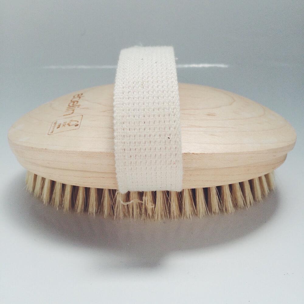 Straffe Haut durch Dry Skin Brushing