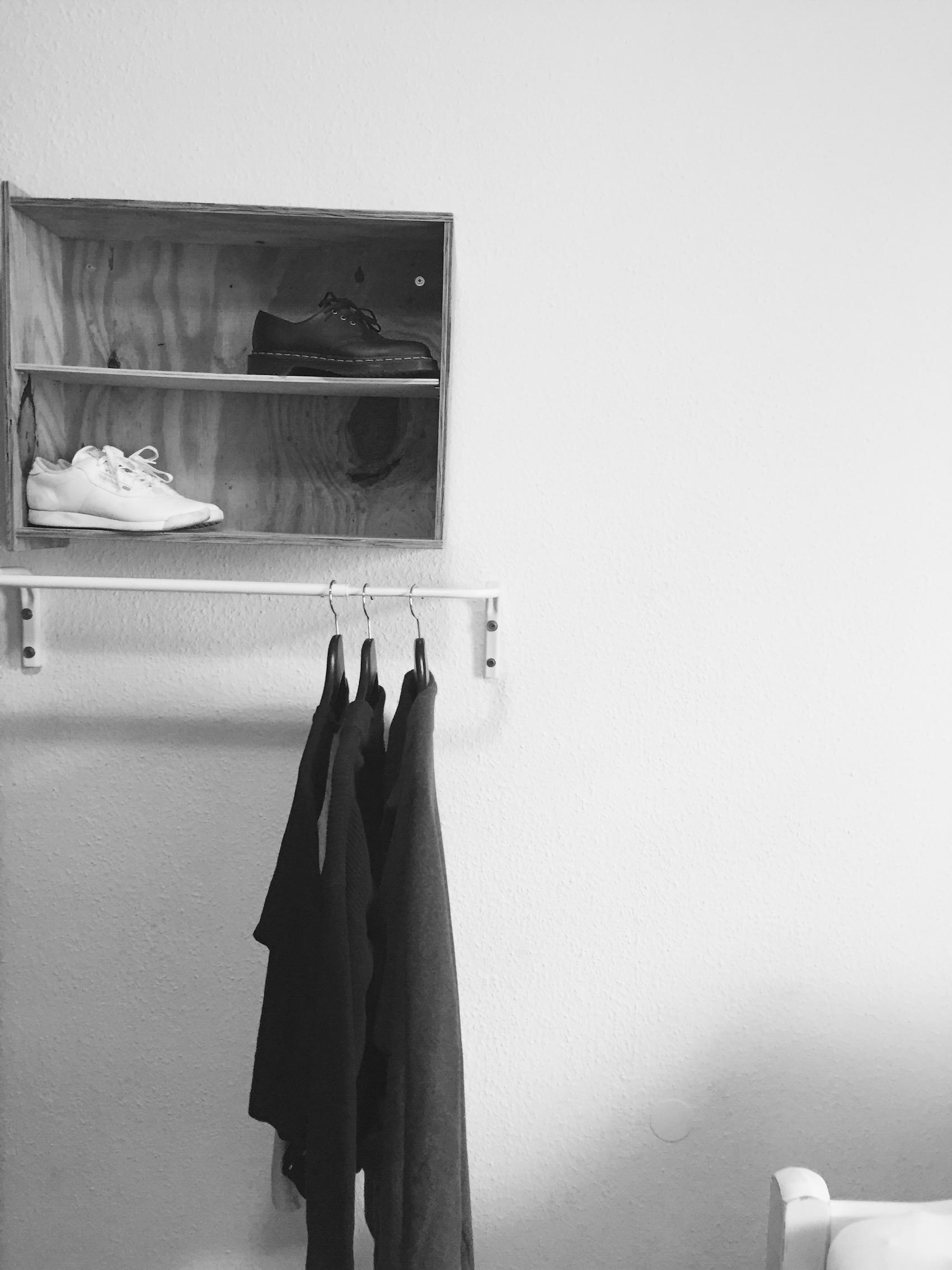 Wie man den Kleiderschrank minimalistisch ausmistet